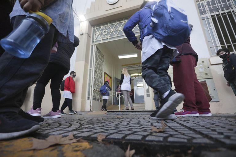 País: Analizan escalonar las vacaciones de invierno escolares para evitar circulación
